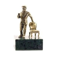 """Изображение подарка Композиция """"Остап Бендер со стулом"""" на подставке"""